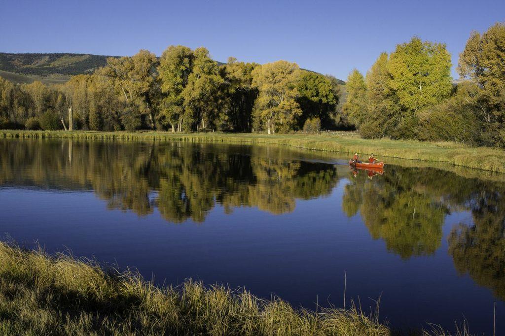 Pond-canoe